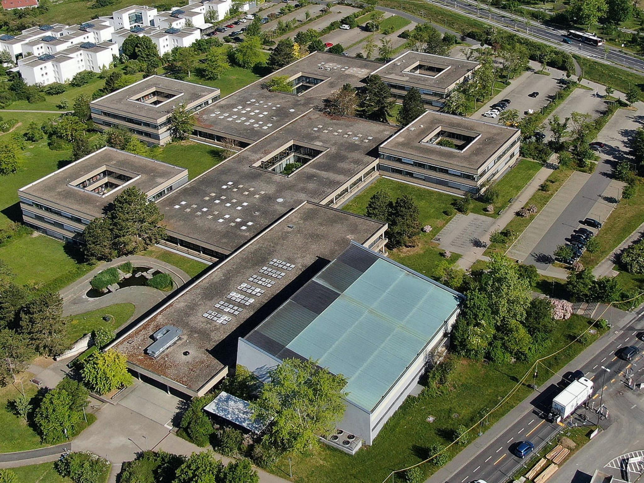 Das Philosophiegebäude der Uni Würzburg von oben gesehen. Energetisch saniert werden zunächst die vier quadratischen Baukörper. Foto: Staatliches Bauamt Würzburg
