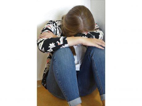 Für einen Menschen in einer Krise kann es lebensrettend sein, wenn jemand aus seinem Umfeld zuhört, nachfragt, mit ihm redet. Darauf weist der Welttag der Suizidprävention am 10. September hin. Symbolfoto: Markus Hauck (POW)