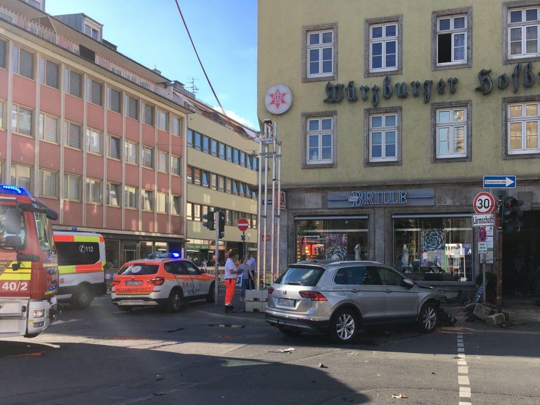 An der Ludwigstraße fuhr ein Pkw in eine Hauswand. Der Fahrer wurde hierbei verletzt. Foto: Jacob Grimm