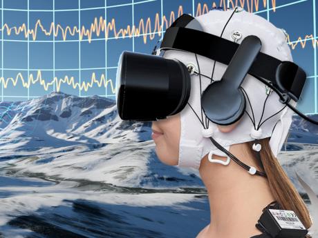 Nutzer tauchen mittels eines Head-Mounted Displays in eine virtuelle Welt ein. Zur Maximierung der Schmerzreduktion lernen die Nutzer ihre Gehirnaktivität zu regulieren. Foto: VTplus / Brain Products