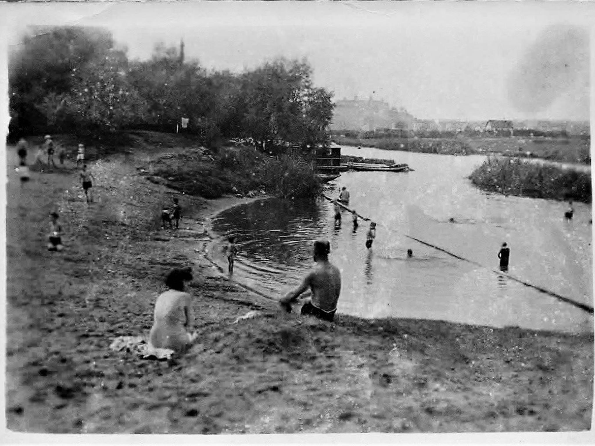 """Der """"Mainstrand"""" des Riedinsel-Schwimmbades. Archiv: Willi Dürrnagel."""