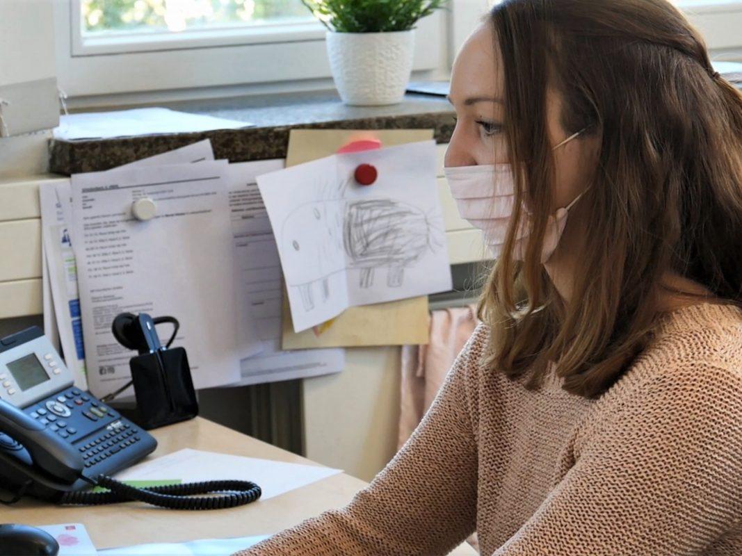 Stephanie Scheckenbach vom Gesundheitsamt Würzburg gehört zum Team der Contact Tracer und ermittelt Kontaktpersonen. Foto: Lucas Kesselhut