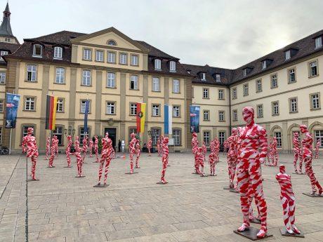 """111 Schaufensterpuppen wurden im Rahmen der Ausstellung """"It is what it is"""" vor dem Rathaus aufgestellt. Foto: Lilli Müller"""