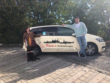 """Karin´s Funkmietwagen ist das erste Fahrdienstunternehmen Deutschlands, dass sich der Kampagne """"Assistenzhund willkommen"""" angeschlossen hat. Foto: Sybille Brandt"""