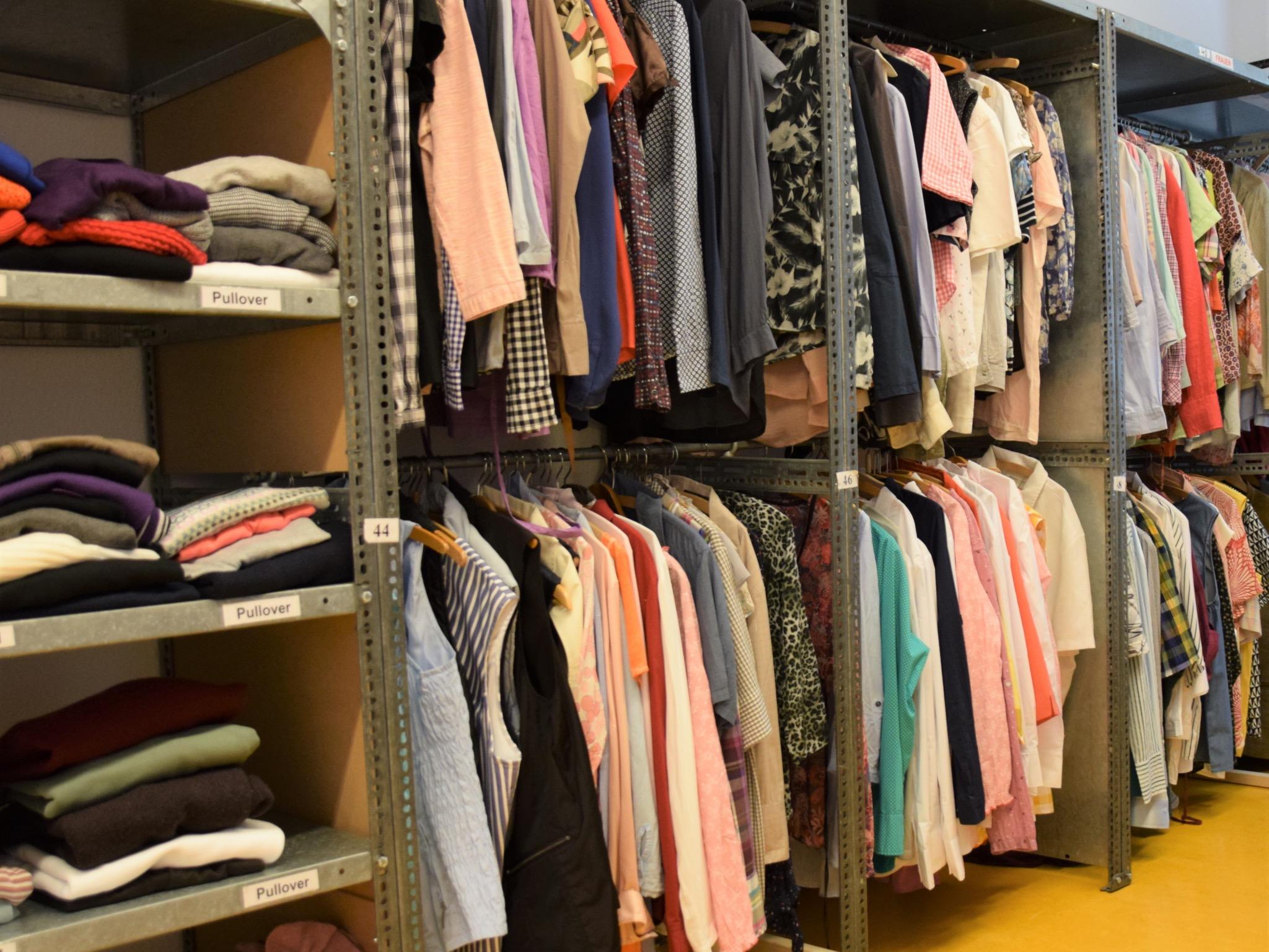 Für die Kunden des Caritasladens steht eine große Auswahl an Kleidung bereit. Foto: Claudia Jaspers