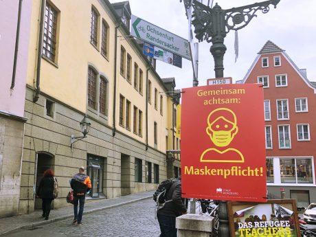 Maskenpflicht auf der Alten Mainbrücke. Foto: Katharina Kraus