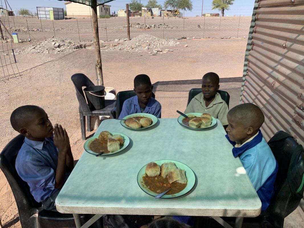 Hilfsbedürftige Kinder und Jugendliche in Namibia erhälten täglich eine warme Mahlzeit Foto: Angelika Gleich