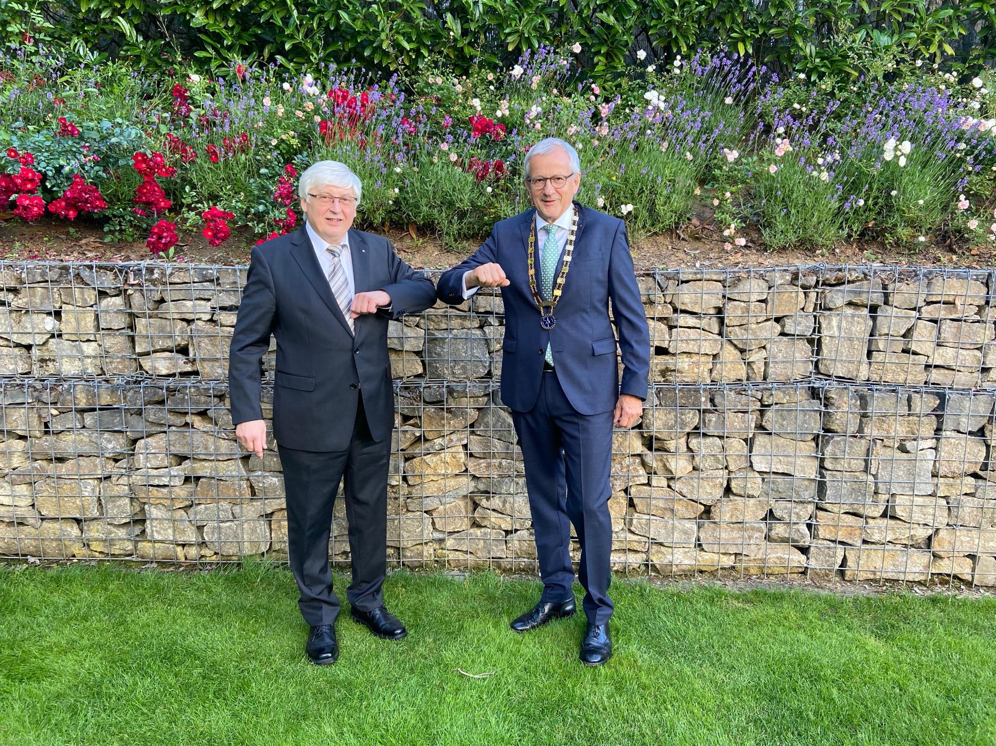 Prof. Dr. Friedhelm Brusniak (links) übergibt die Amtskette an den neuen Präsidenten des Rotary-Club Würzburg Residenz, Prof. Dr. med. Ekkehard Schippers. Foto: Heike Nothaft