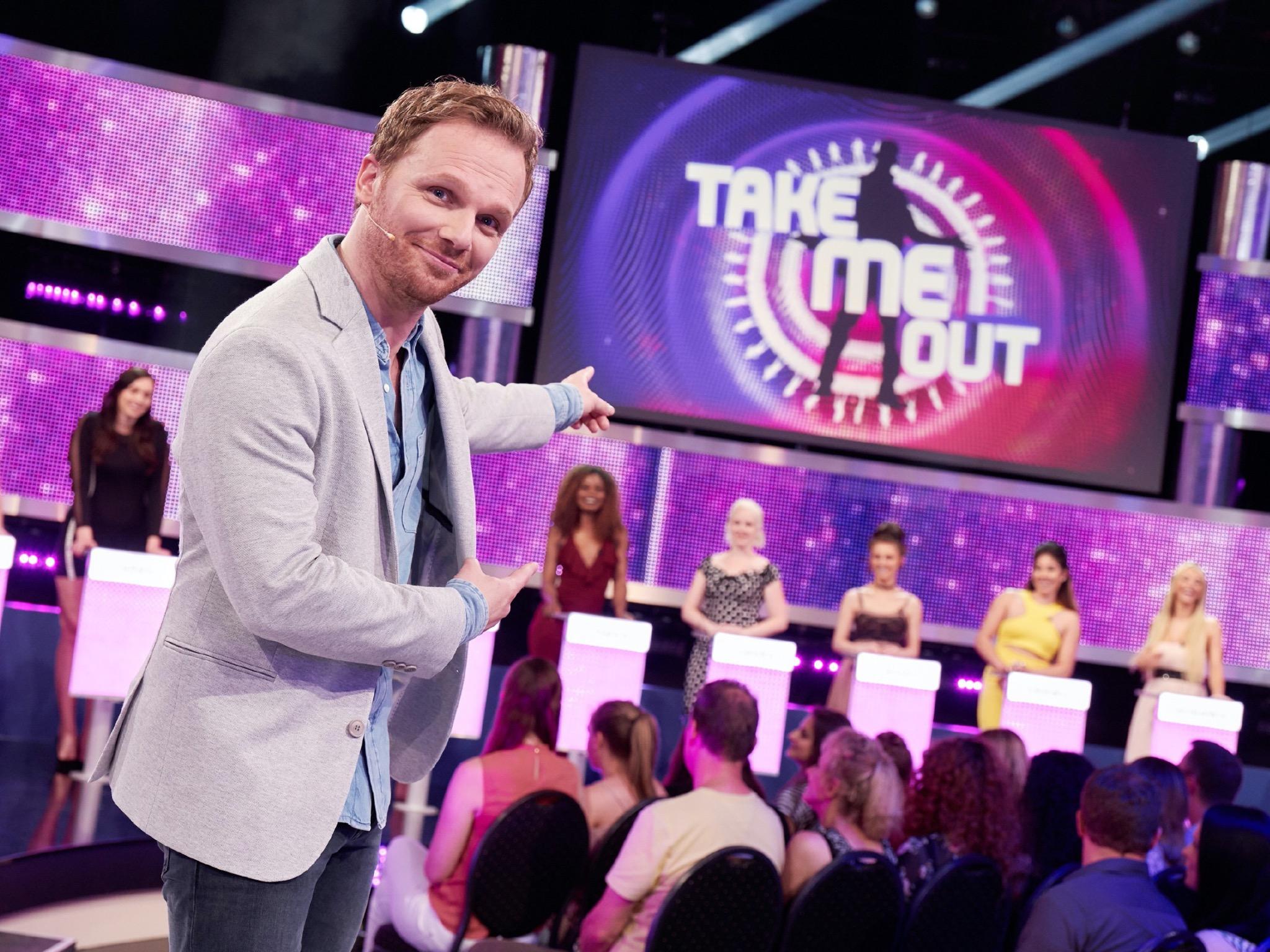 "Moderator Ralf Schmitz präsentiert die Single-Show ""Take me out"". Foto: TVNOW/Frank Dicks"
