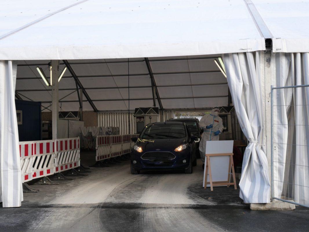 Blick in die winterfeste Autostrecke am Corona-Testzentrum auf der Würzburger Talavera. Links im Bild ist die zweite Autostrecke zu sehen. Foto: Daniel Schmitt