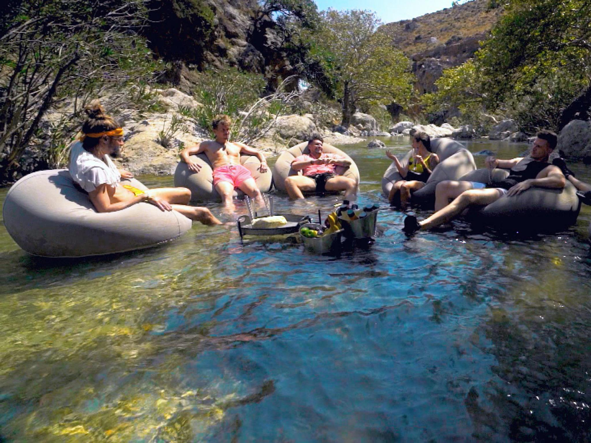 Rouven, Daniel B., Ioannis, Melissa, Moritz und Angelo (v.l.) entspannen nach dem sportlichen Abenteuer. Foto: TVNOW