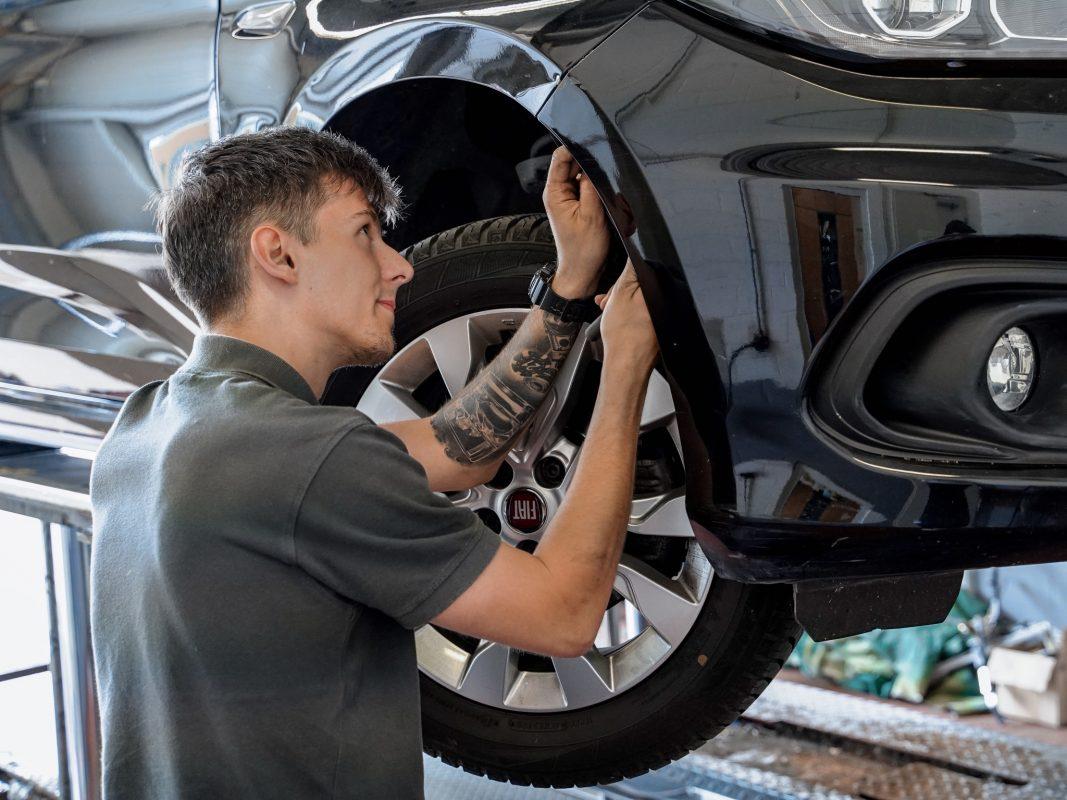 Jetzt durchstarten mit einer Ausbildung zum Kfz-Mechatroniker (m/w/d) im Autohaus Neumann. Foto: Konstantin Winter