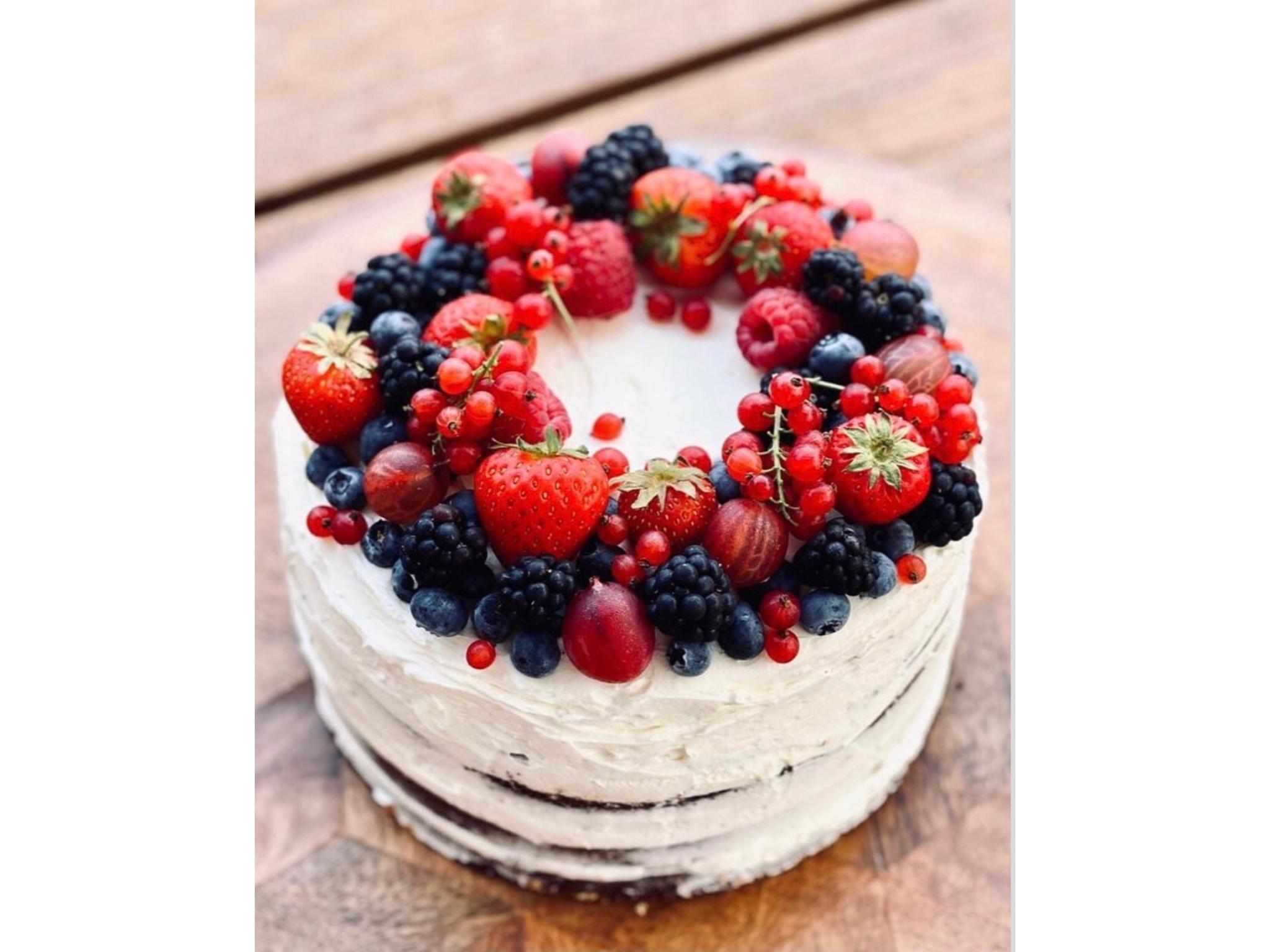 Leckere Torte verziert mit verschiedenen Beerensorten. Foto: Lea Liegau