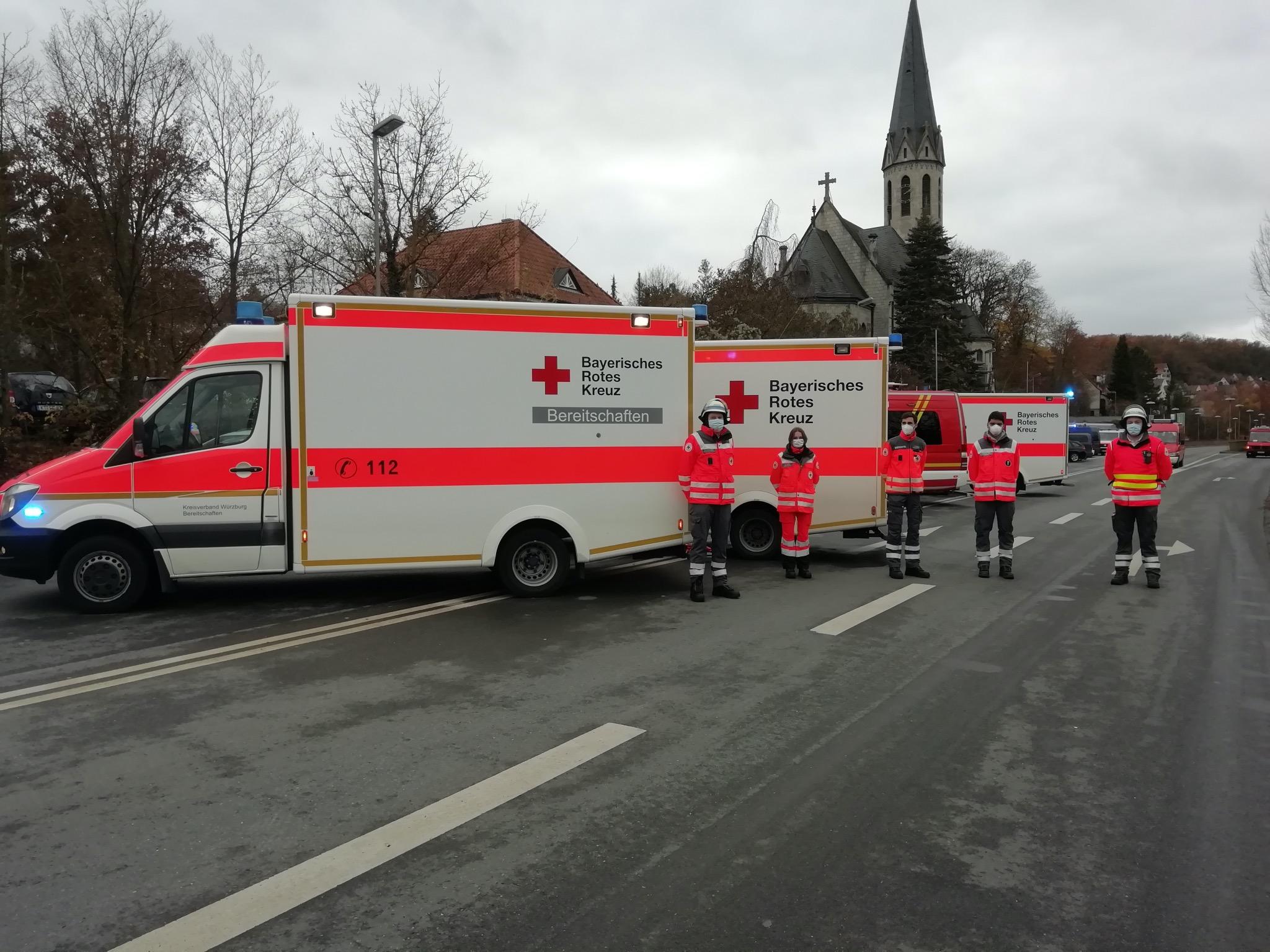 Auf der Südtangente in Ochsenfurt standen zahlreiche Rettungsfahrzeuge für den Einsatz bereit. Foto: Stefan Krüger, BRK Würzburg