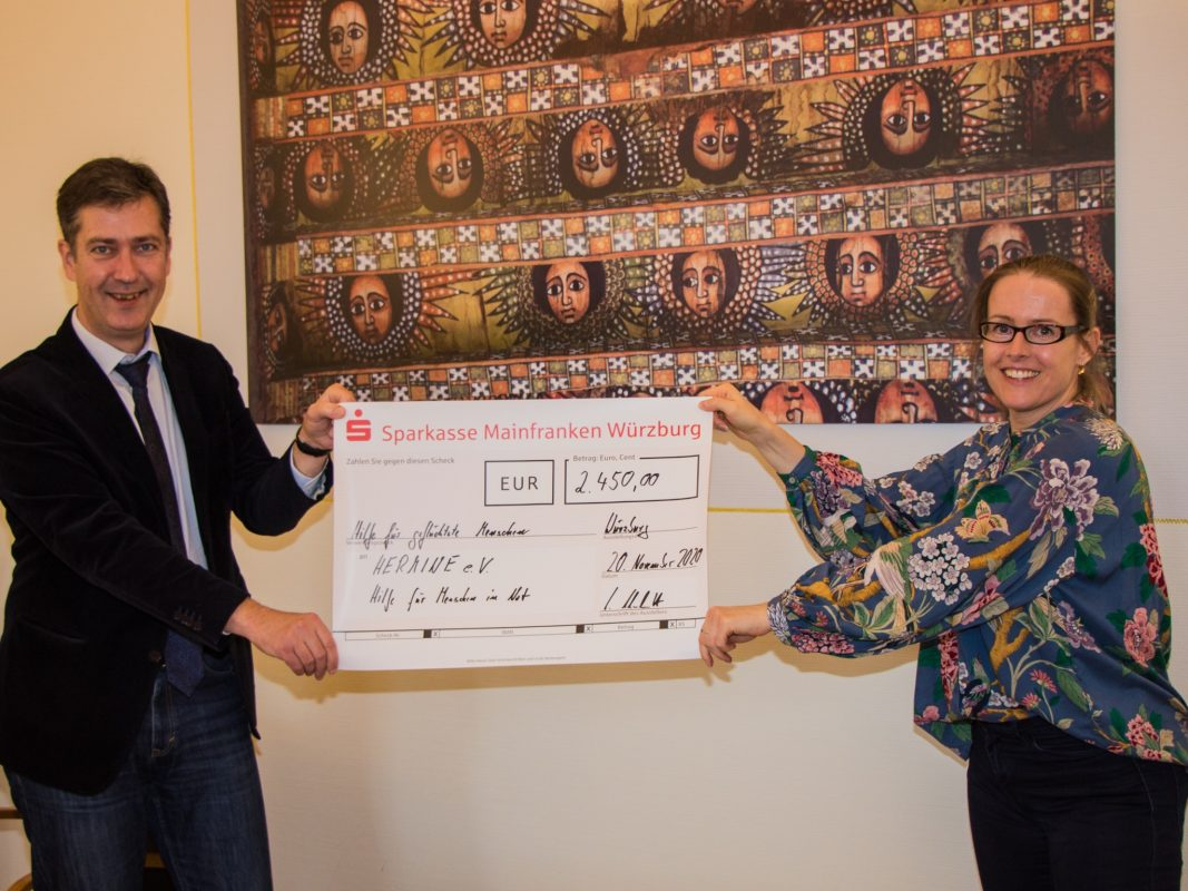 OB Schuchardt übergibt Spendenscheck an den Verein HERMINE e.V. Foto: Georg Wagenbrenner