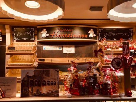 In den Filialen der Bäckerei Hanselmann gibt es an den vier Adventssamstagen die Nikolausstraßenbahn als Kuchen zum Vernaschen. Foto: Bäckerei Hanselmann