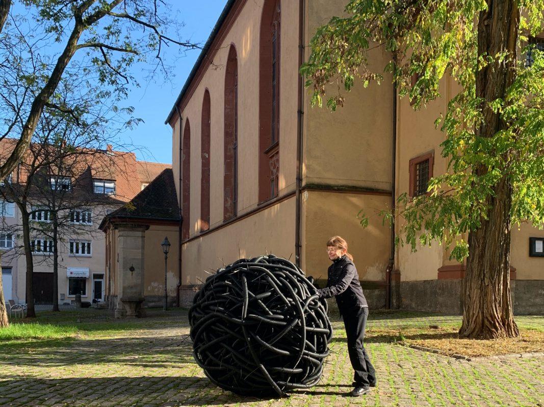 Angelika Summa und ihr Kunstprojekt vor der Pleicherkirche. Foto: Lilli Müller
