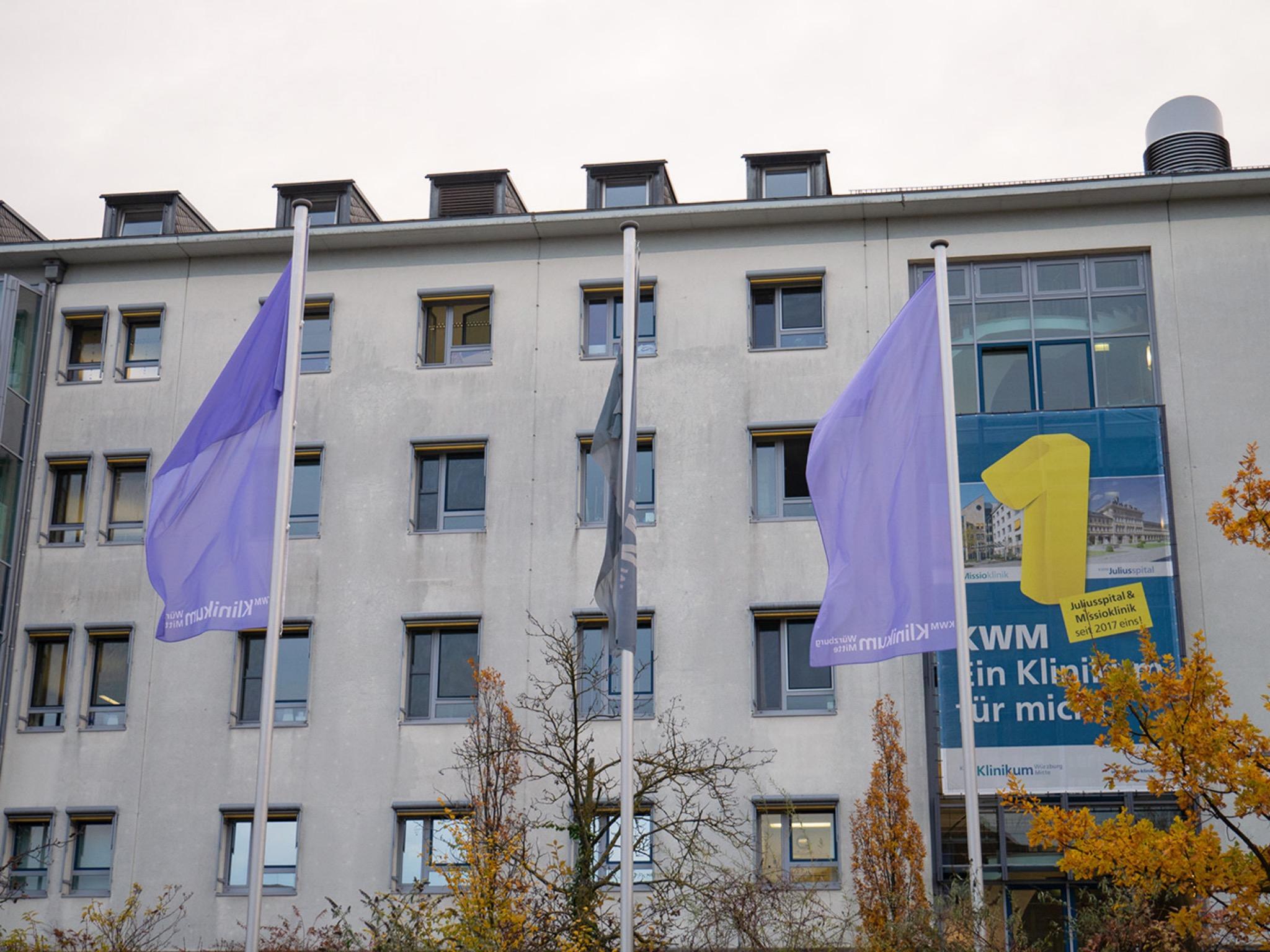 Lila Flaggen machen vor der Missioklinik auf den Welt-Frühgeborenen-Tag aufmerksam. Foto: Klinikum Würzburg Mitte