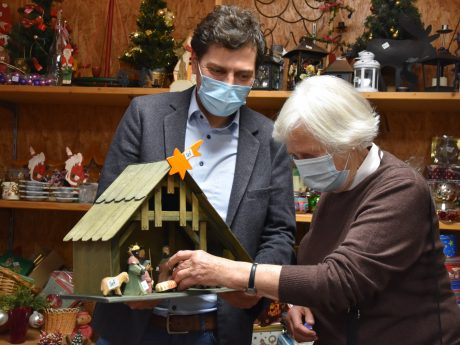 """""""Brauchbar""""-Geschäftsführer Thomas Johannes führt Ursula von Stockhausen durch die soeben eröffnete Weihnachtsabteilung des Grombühler Sozialkaufhauses. Bild: Brauchbar"""