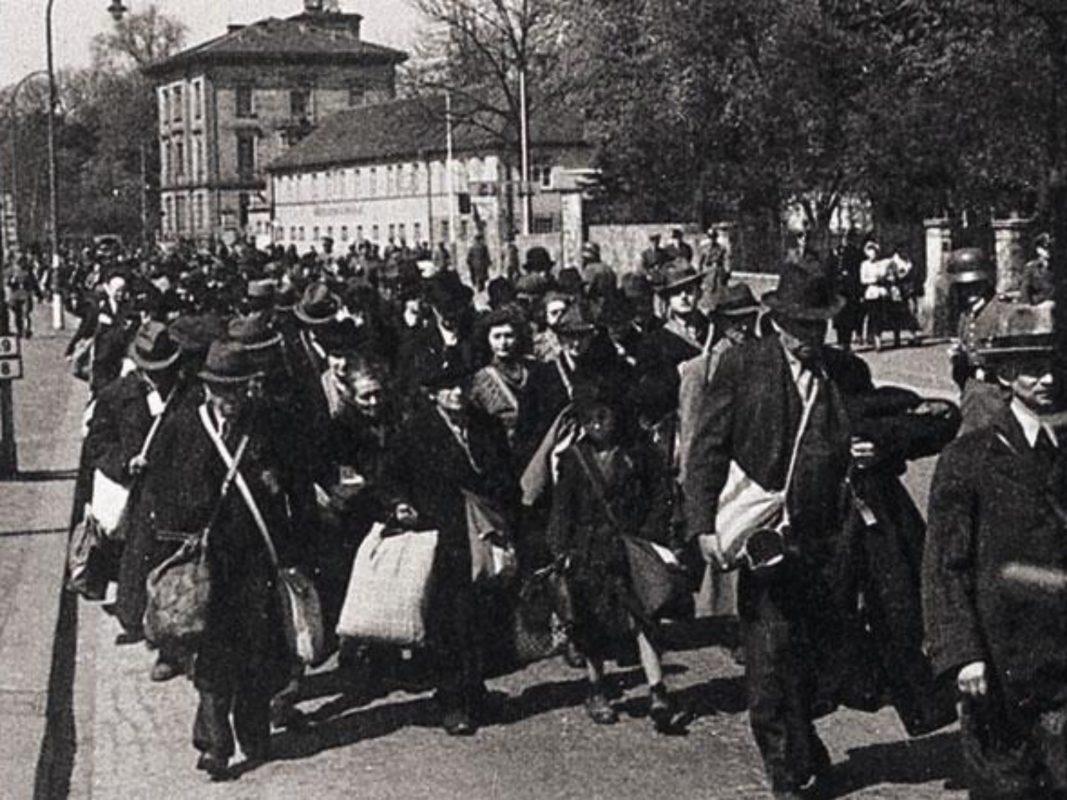 Der Zug zur Aumühle in der Schweinfurter Straße. Archiv: Willi Dürrnagel