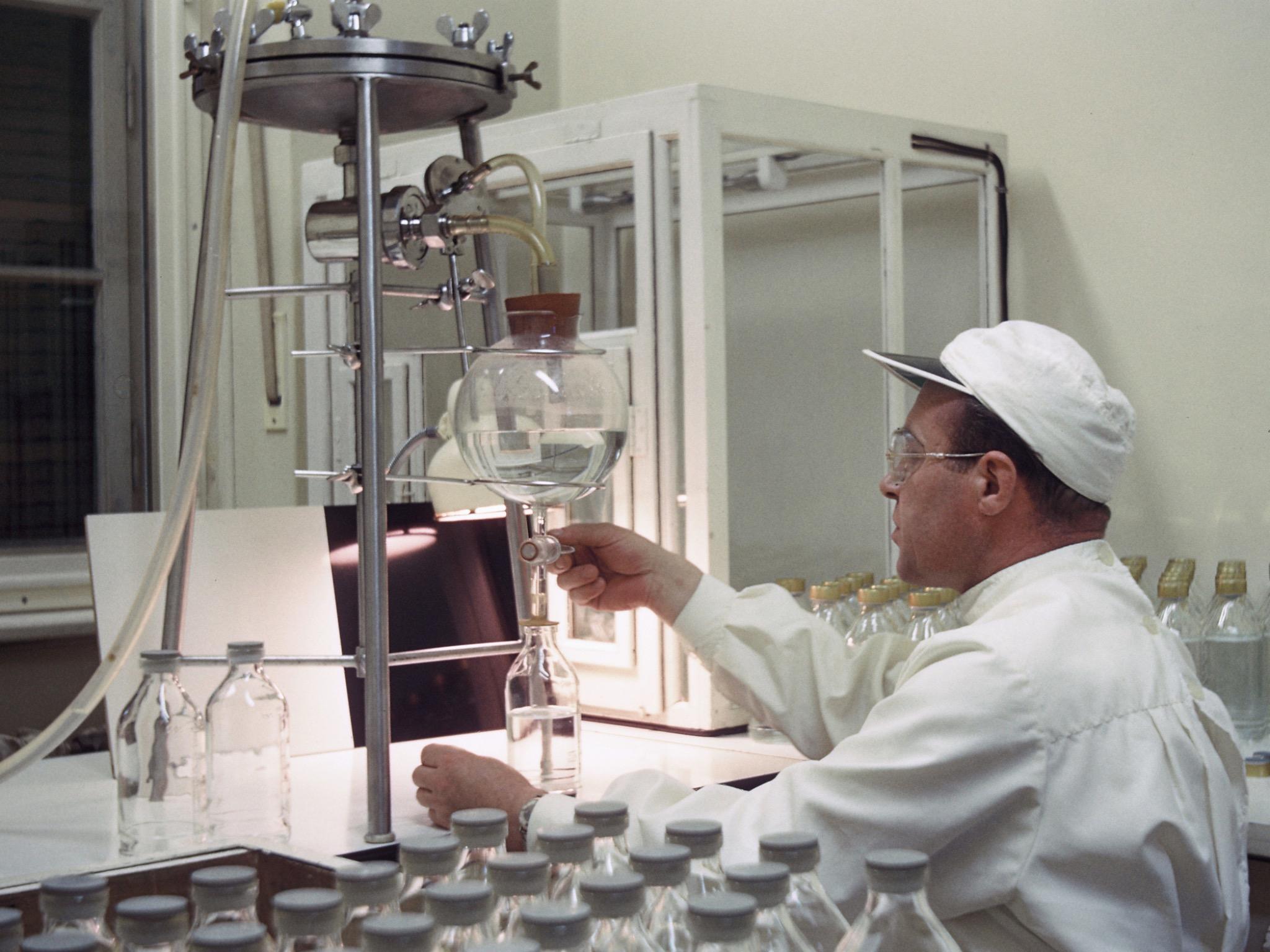 So wurden 1960 Infusionslösungen in der Klinikapotheke des UKW abgefüllt. Foto: Uniklinikum Würzburg