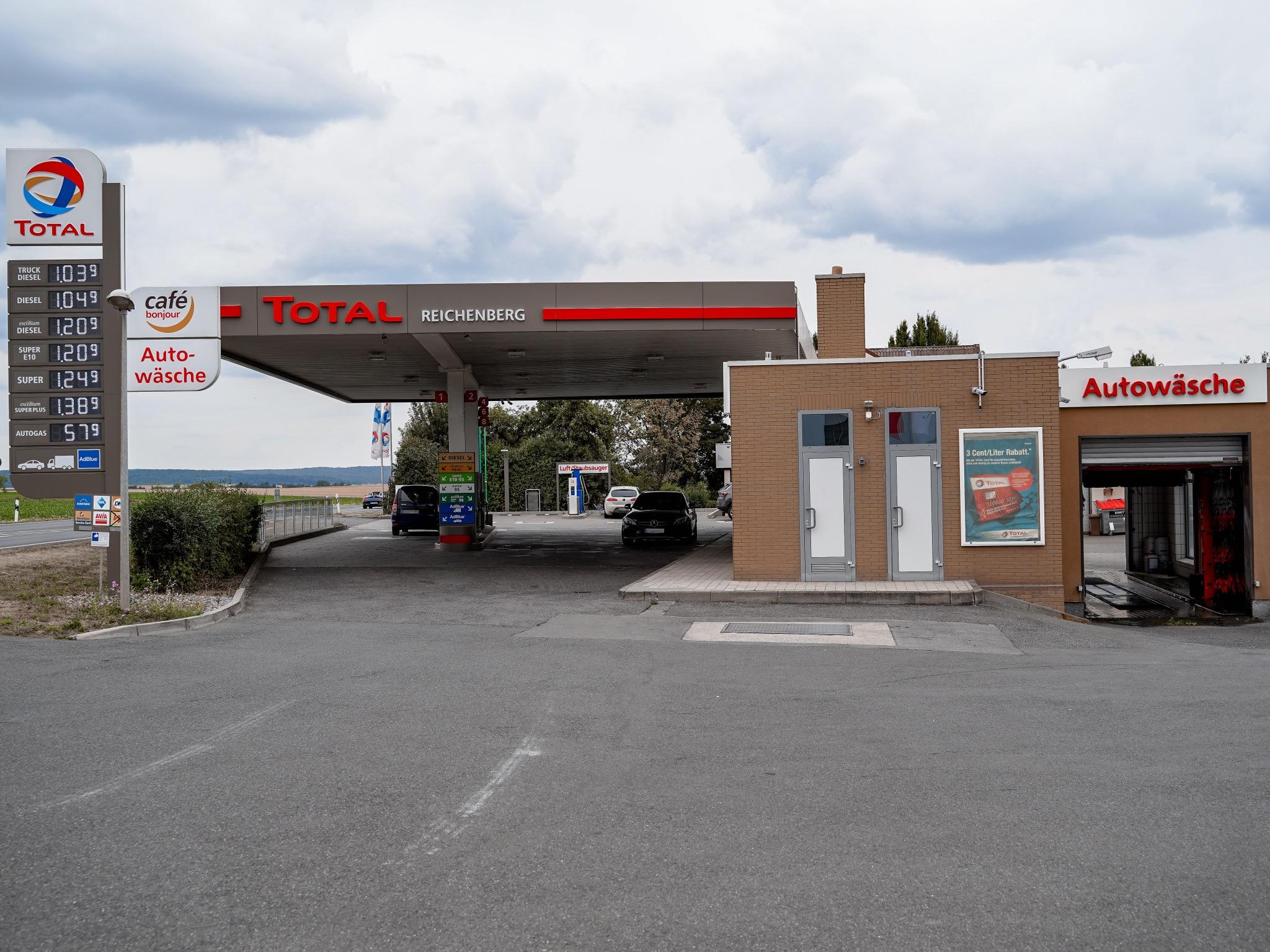 Die Tankstelle neben dem Autohaus Neumann: Hier ist Kevin immer für seine KundInnen zur Stelle! Foto: Konstantin Winter
