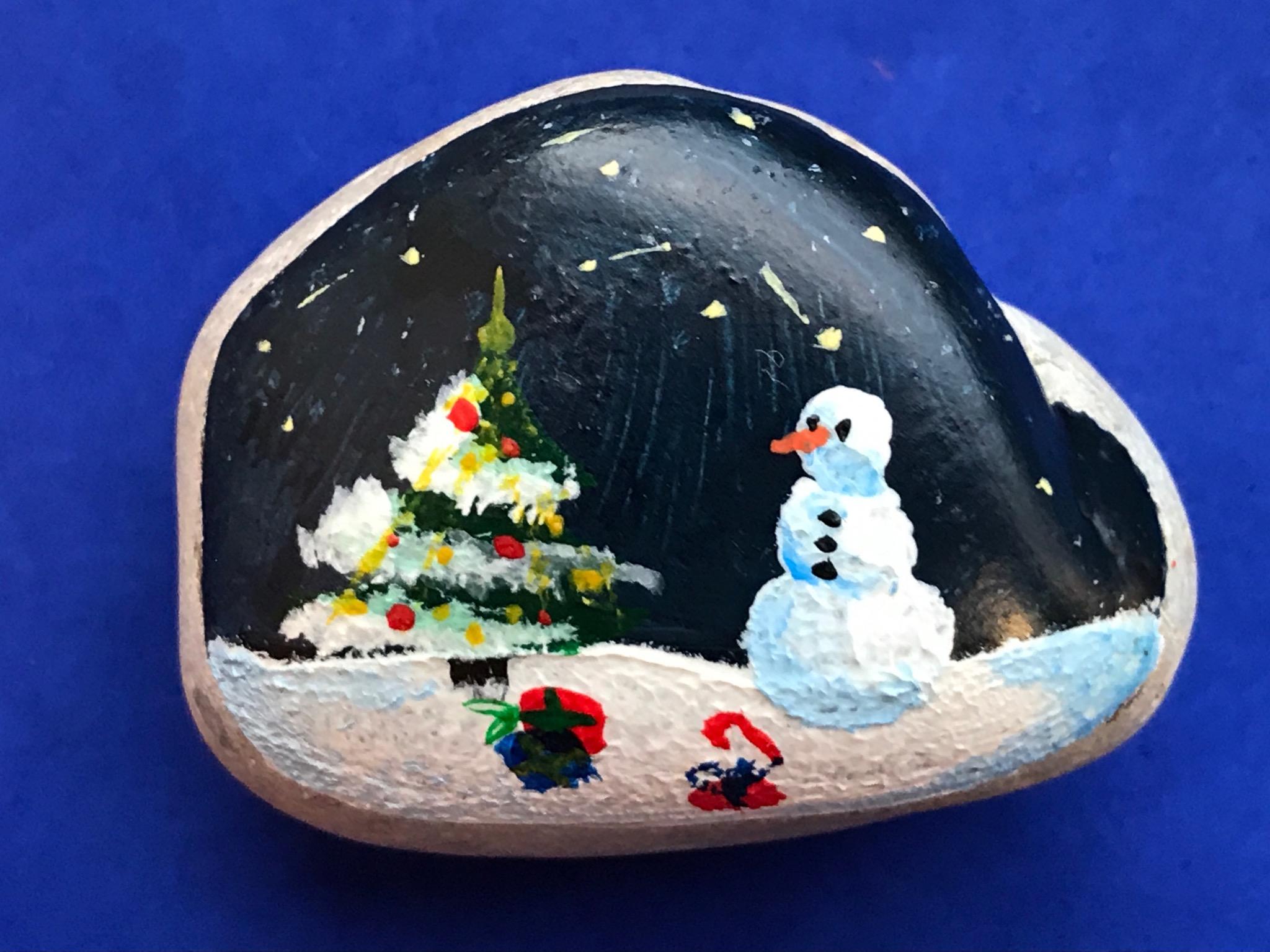 Ein Stein wurde mit einer weihnachtlichen Kulisse bemalt. Foto: Anne Hock