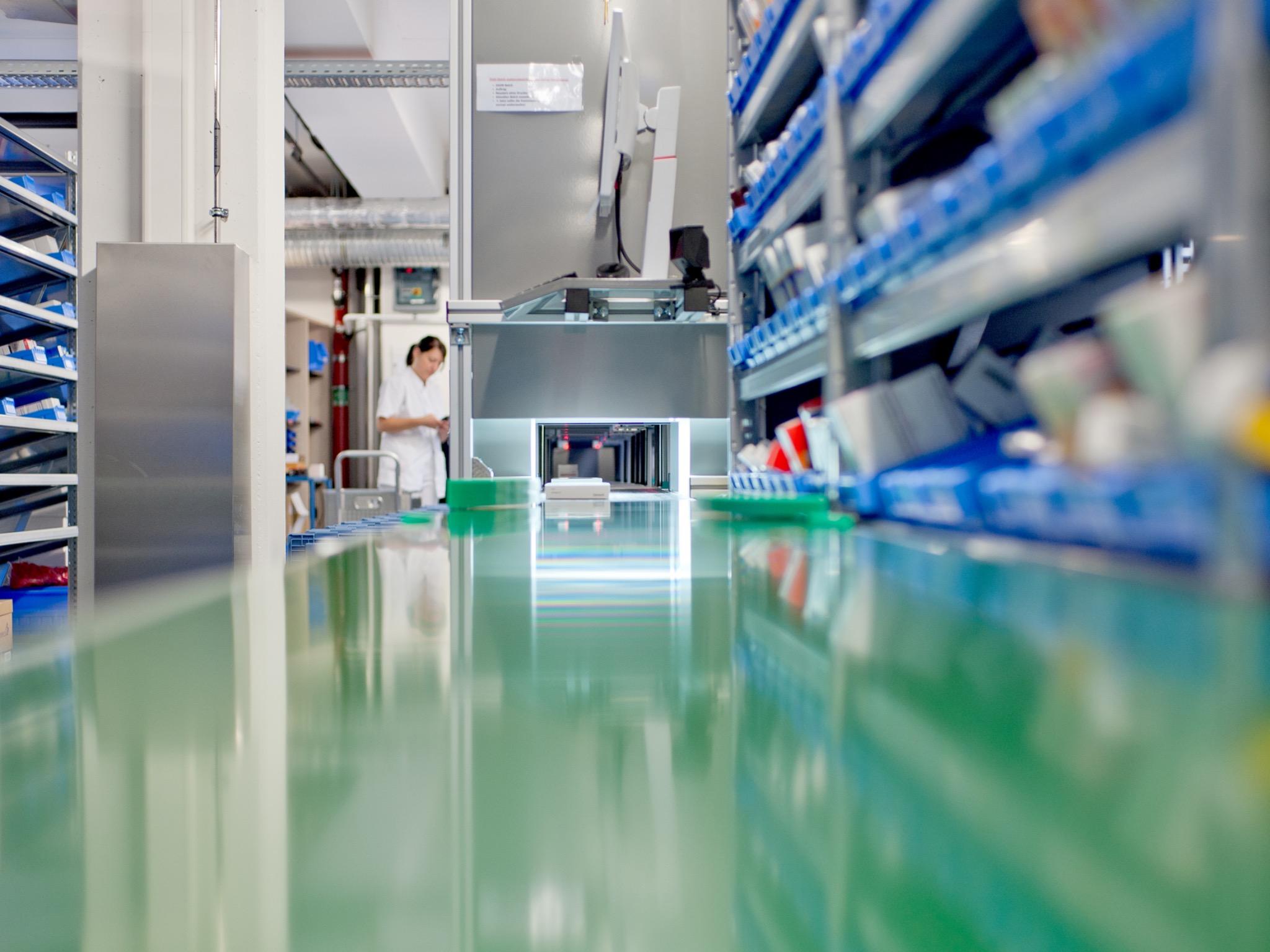 Seit dem Jahr 2014 ist in der Klinikapotheke ein halbautomatisches Kommissionierungssystem im Einsatz. Foto: Daniel Peter / Uniklinikum Würzburg