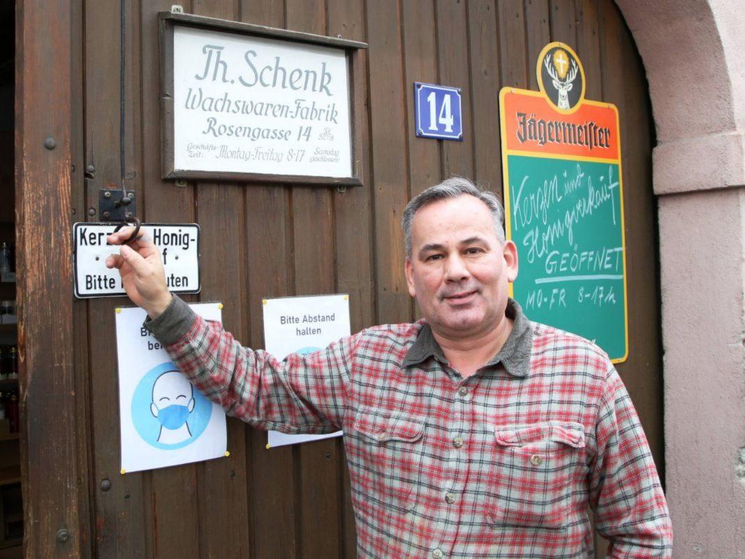 Martin Schenk ist Inhaber der Wachswaren-Fabrik und gelernter Wachsziehmeister. Foto: Magdalena Rössert (POW)
