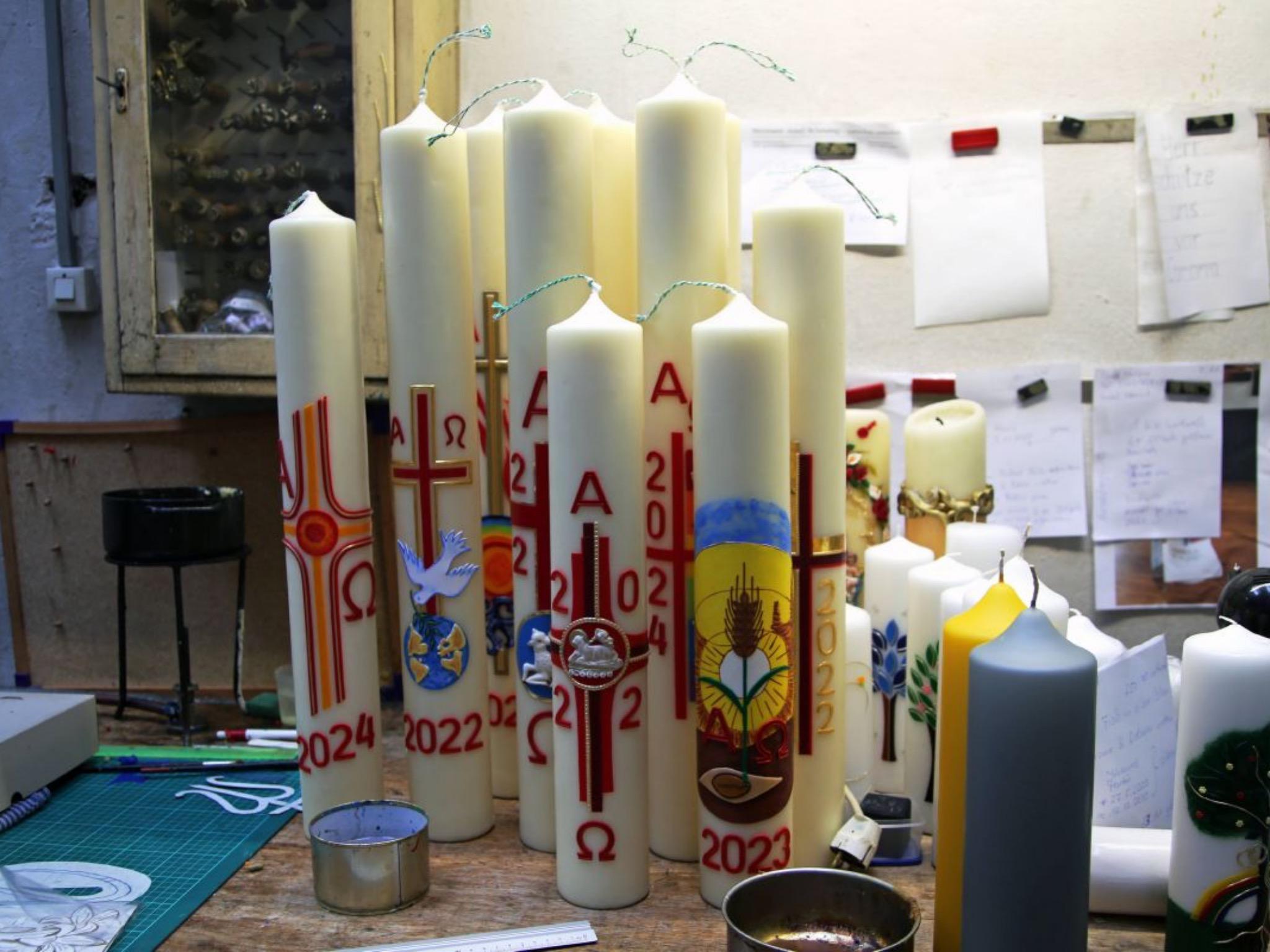Das Verzieren der Osterkerzen findet im November statt, dabei werden bereits für die Folgejahre Kerzen produziert. Foto: Magdalena Rössert (POW)