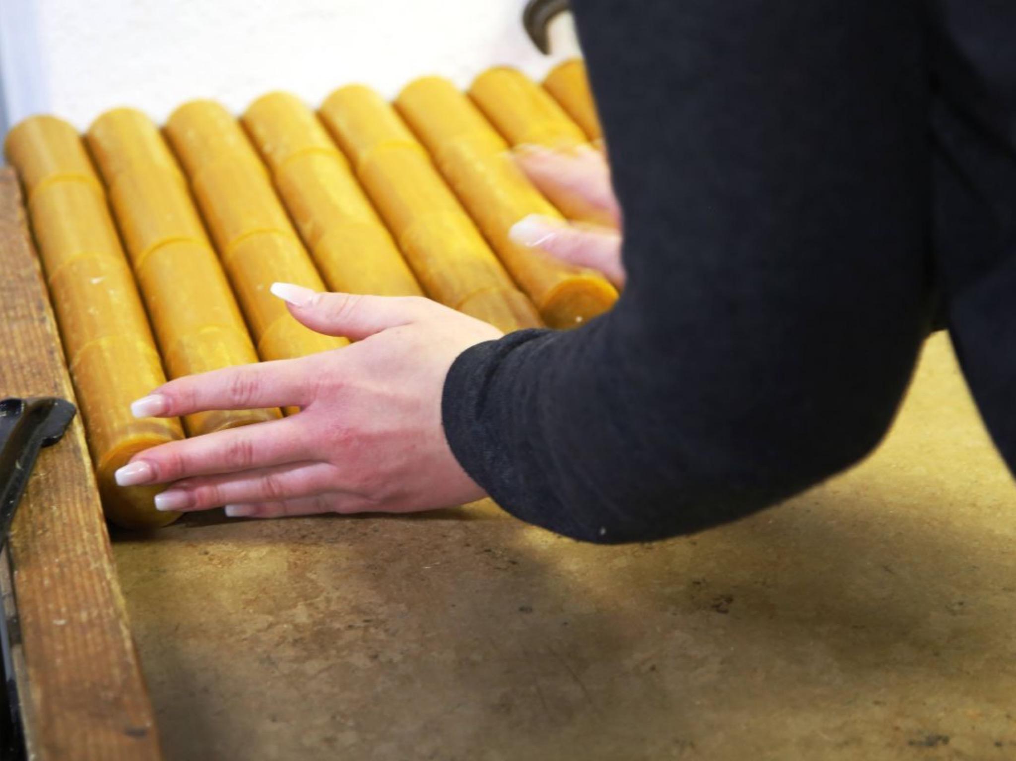Die Ablagefläche besteht aus Marmor, damit die Kerzen schnell auskühlen können. Foto: Magdalena Rössert (POW)