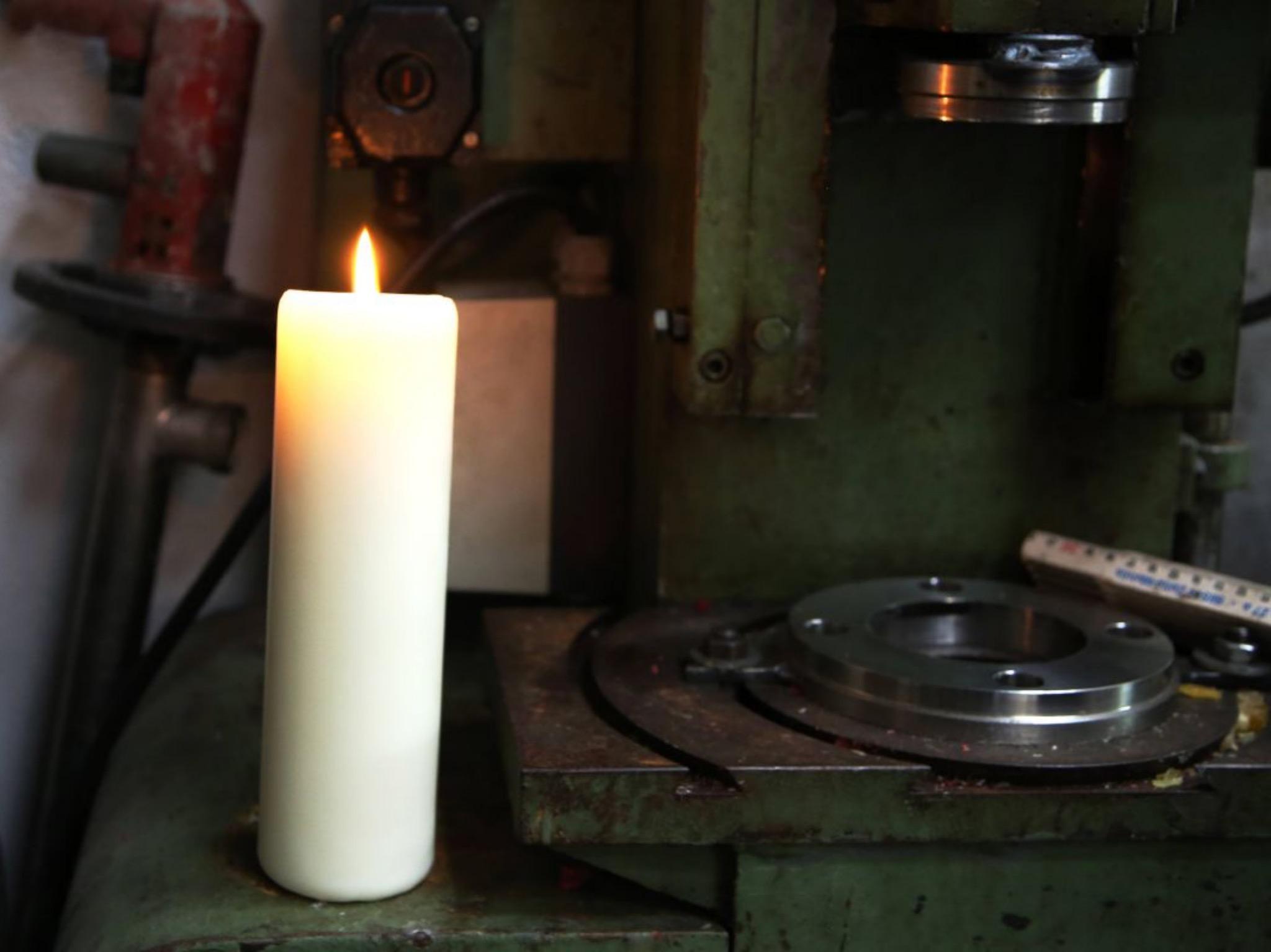 Das Probebrennen führt Schenk an verschiedenen Orten in der Fabrik durch, damit er sieht, wie die Kerzen bei den unterschiedlichen äußeren Umständen reagieren. Foto: Magdalena Rössert (POW)
