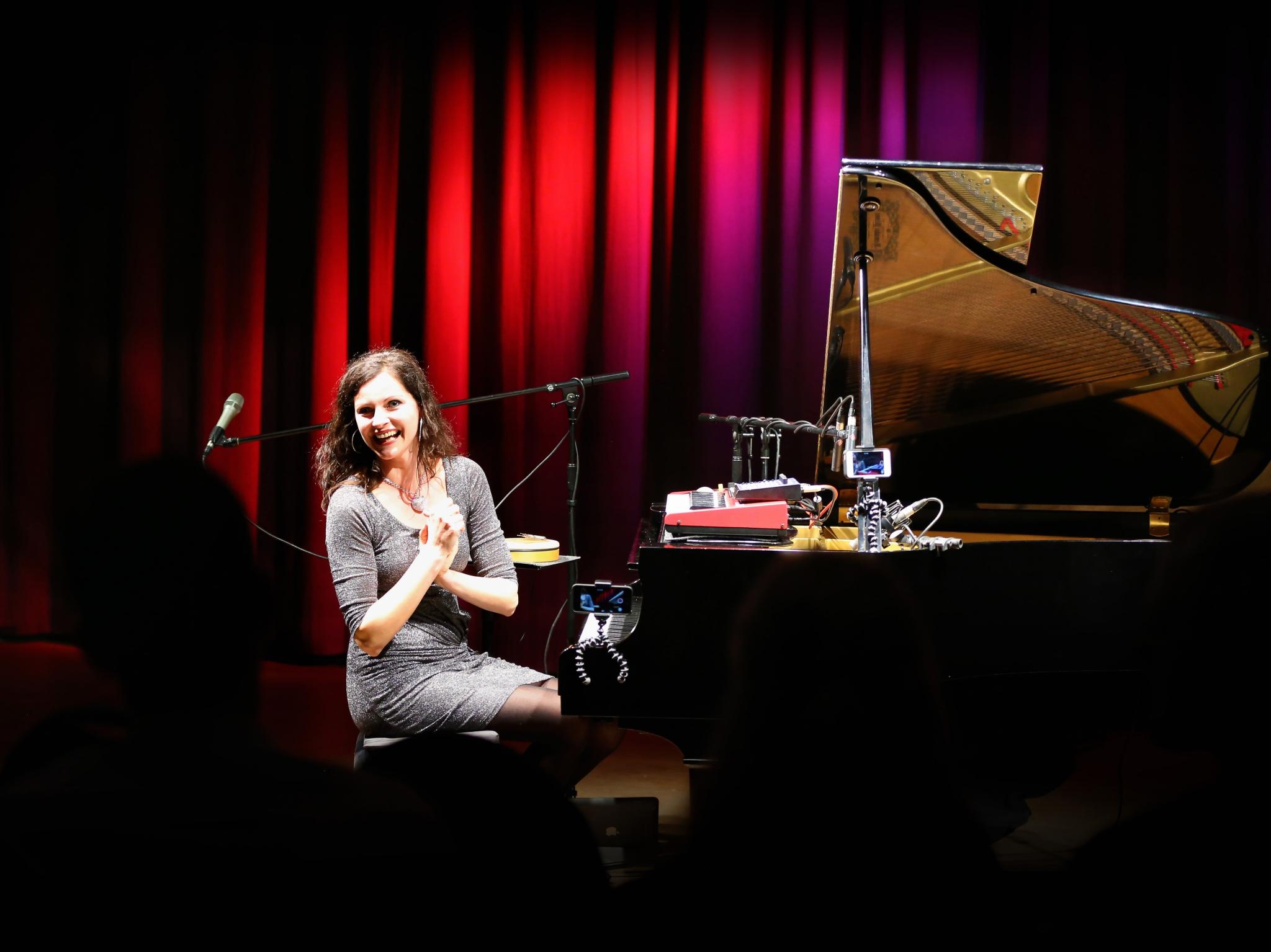 Christiane Dehmer bei einem Live-Auftritt. Foto: Carola Thieme.