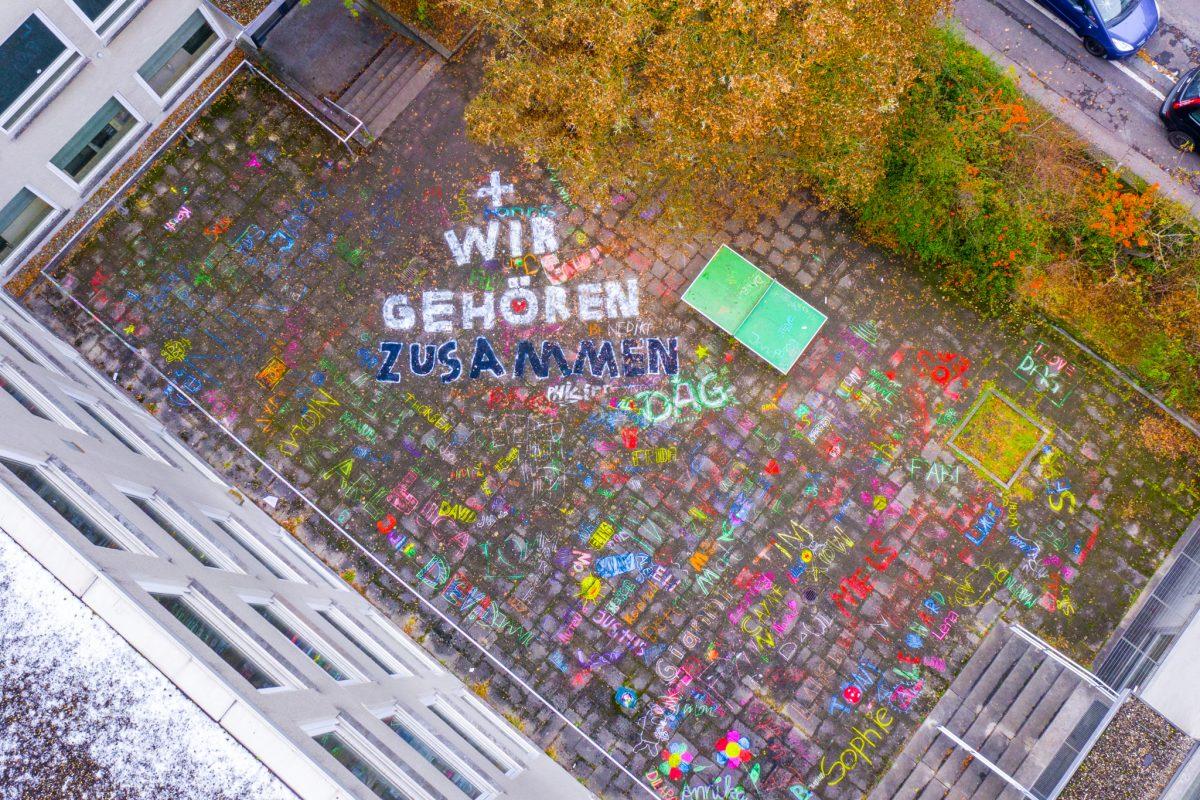 """""""Wir gehören zusammen"""" - so gestalteten Schüler den Pausenhof. Foto: xtrakt Media Thomas Düchtel"""