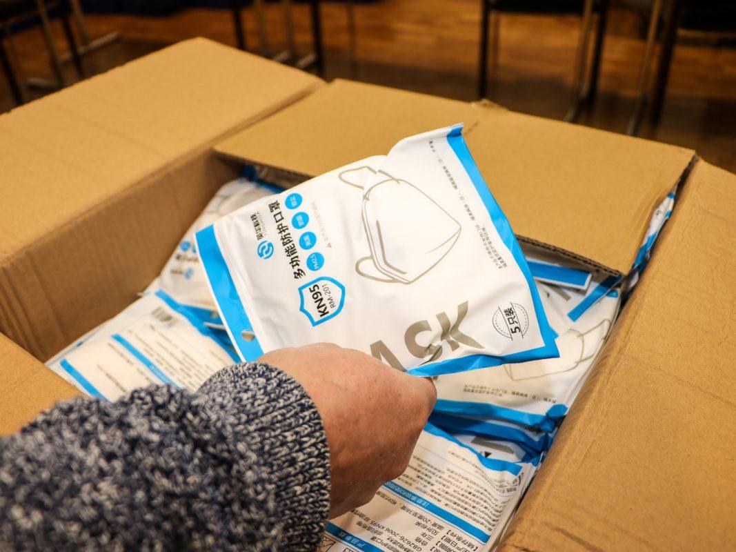 Stadt und Landkreis unterstützen Bedürftige mit kostenlosen FFP2-Masken. Foto: Christian Weiß