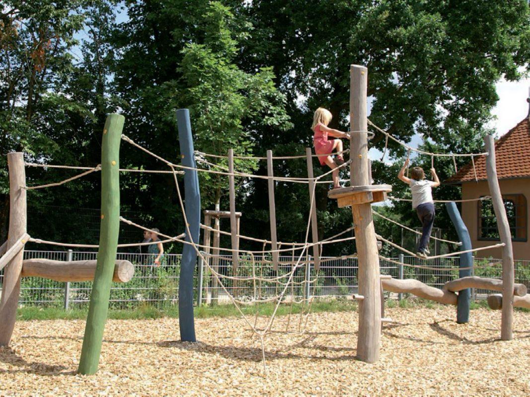 Blick auf die Kletter-Balancier-Kombination, die für den mittleren Teil des Spielplatzes vorgesehen ist. Foto: SIK-Holzgestaltungs GmbH, Niedergörsdorf