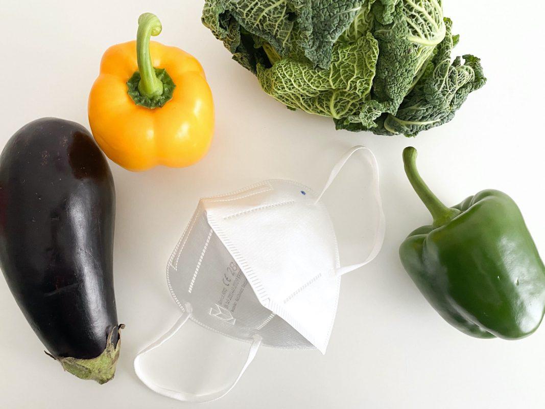 FFP2-Masken tragen und Gemüse ohne Handschuhe anfassen? Ein Widerspruch - so der Autor. Foto: Jessica Hänse