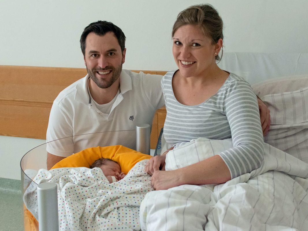 Kilian und Sonja Beck freuen sich über ihren Sohn Julius Valentin, der am Neujahrstag in der KWM-Missioklinik geboren wurde. Foto: Klinikum Würzburg Mitte