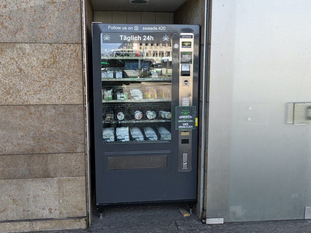 CBD-Automat vor der Bundespolizei. Foto: Würzburg erleben