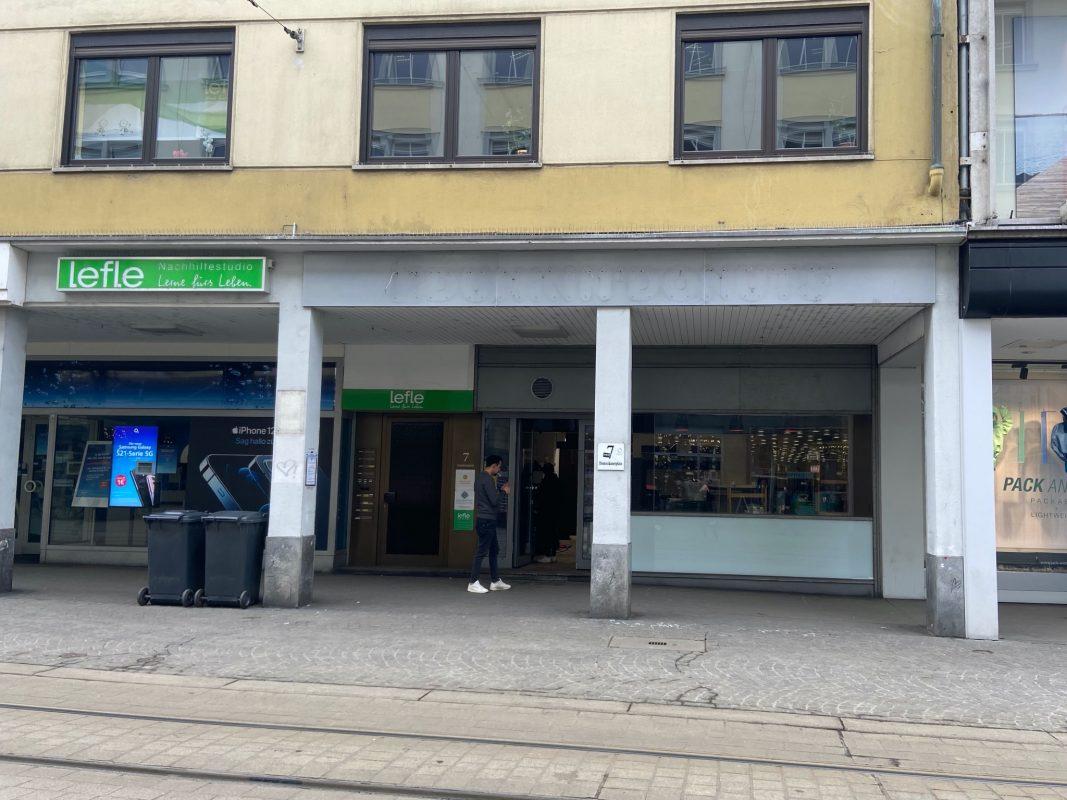 """Die """"Dunkin' Donuts"""" Filiale am Dominikanerplatz steht bereits leer. Foto: Lilli Müller"""
