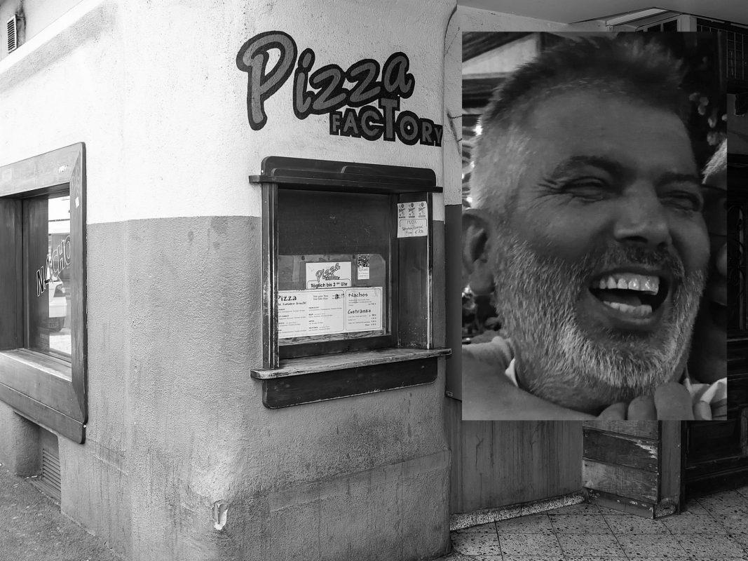 """Anwar Raja, Spitzname """"Seema"""", war der Mann hinter der viereckigen Pizza-Luke in der Musikkneipe """"Tscharlie"""" in Würzburg. Foto: Fotomontage (Silvia Gralla/Facebook)"""