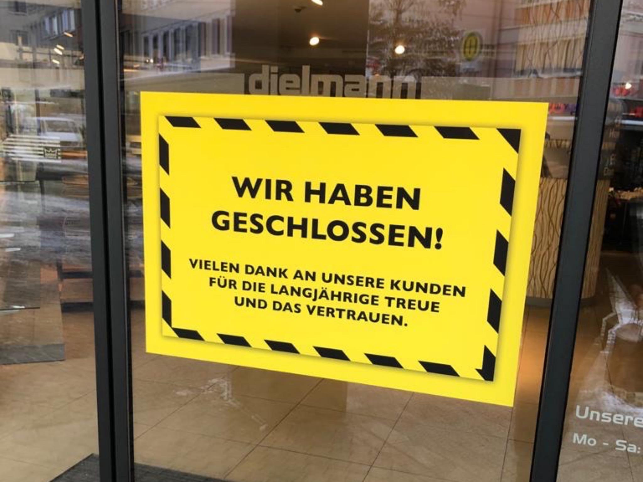 """""""Wir haben geschlossen"""" ist auf der Tür der Filiale am Dom zu finden. Foto: Würzburg erleben"""