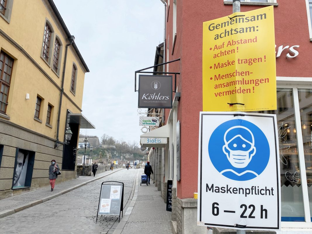 Maskenpflicht auf der Alten Mainbrücke. Foto: Jessica Hänse