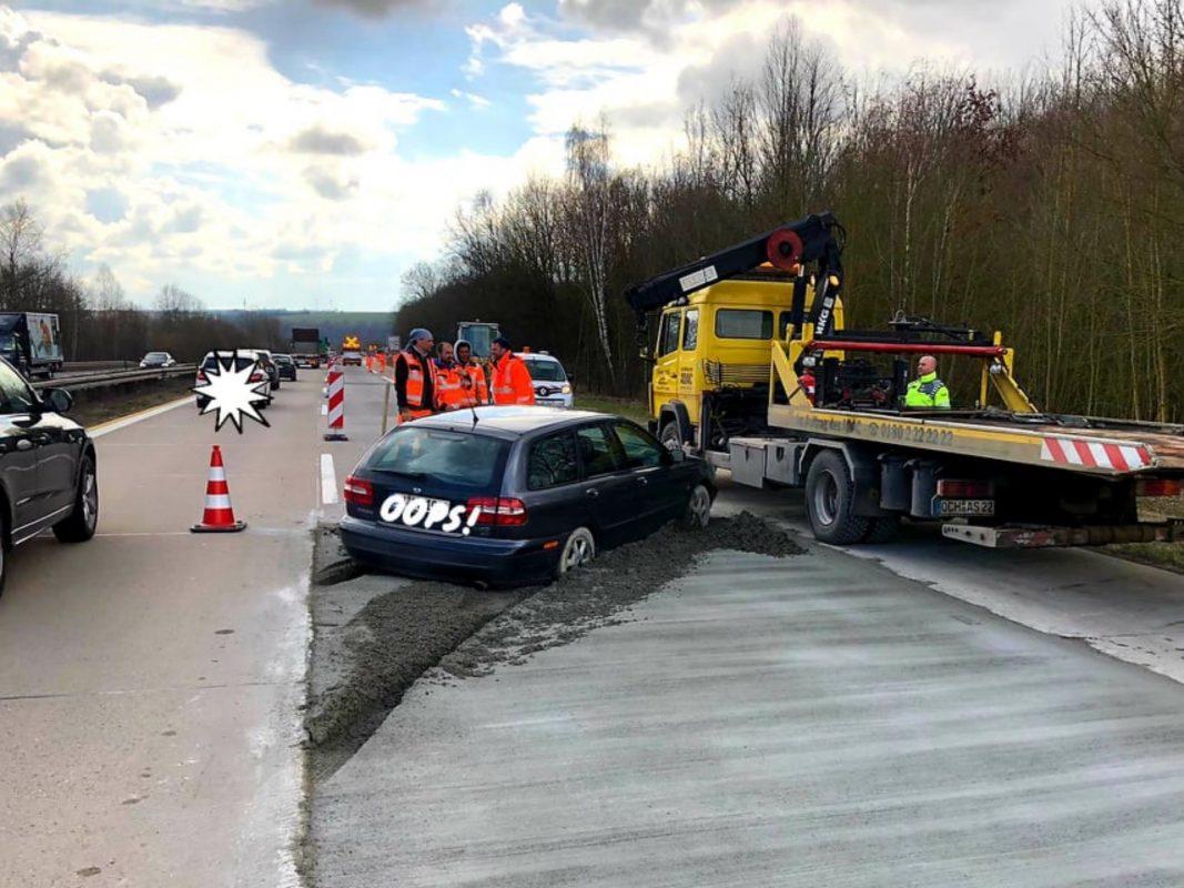 Auf der A7 versank ein Pkw in einer Betonplatte. Foto: Schwarz KG