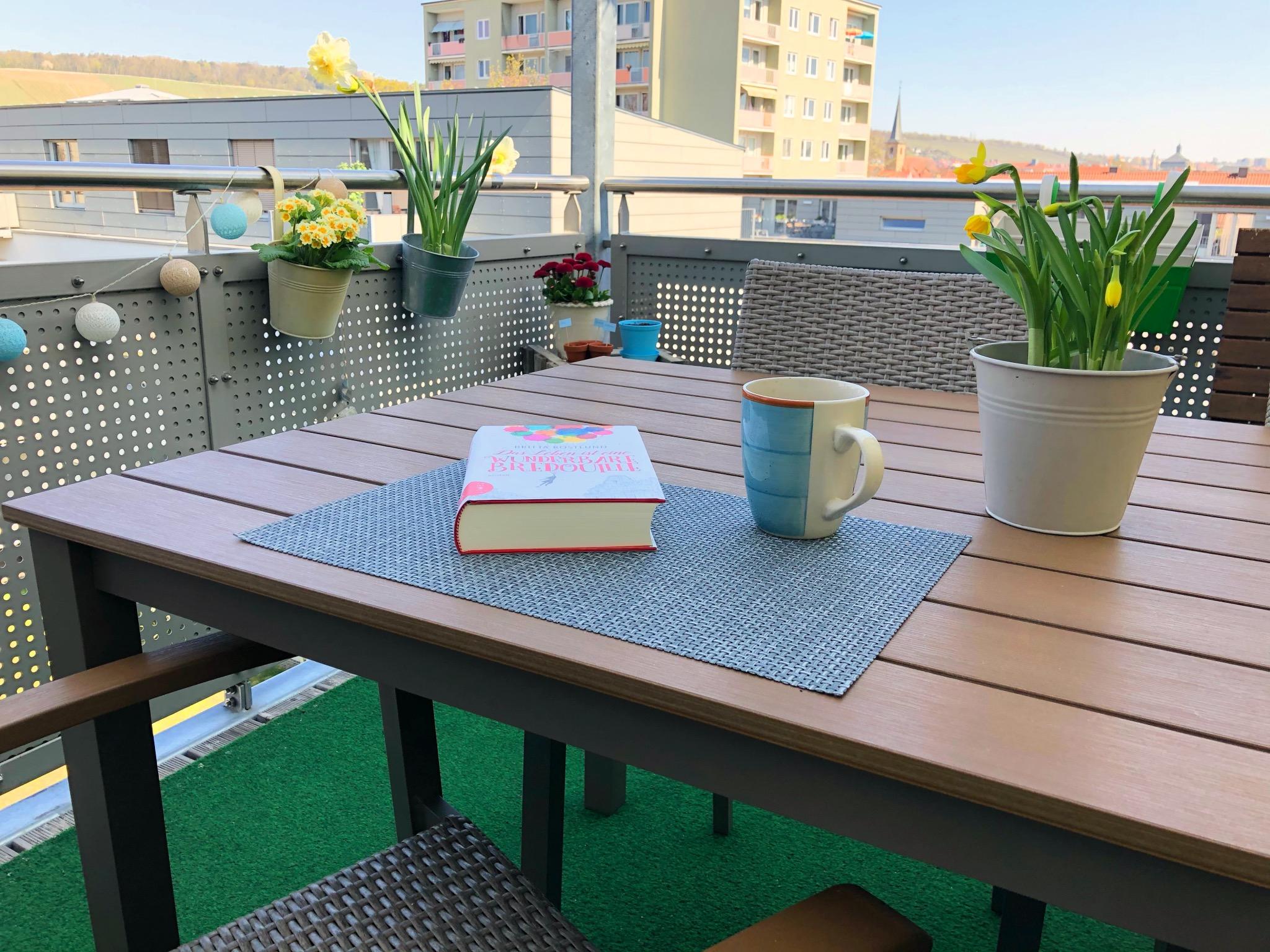 Mit einem Kaffee und einem Buch die Seele baumeln lassen. Foto: Katharina Kraus