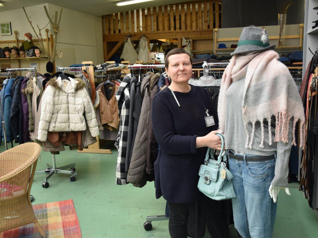 """Brauchbar""""-Mitarbeiterin Alona Toibis freut sich, dass viele Menschen sehr gut erhaltene Textilien in die Kleidersammlung geben. Bild: Brauchbar gGmbH"""
