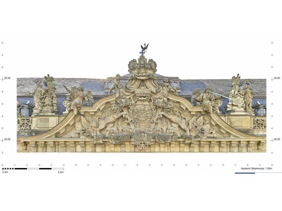 Fürstbischöfliches Wappen mit Kaiserkrone über dem Haupteingang der Residenz Würzburg, Kartierung. Foto: © Bayerische Schlösserverwaltung