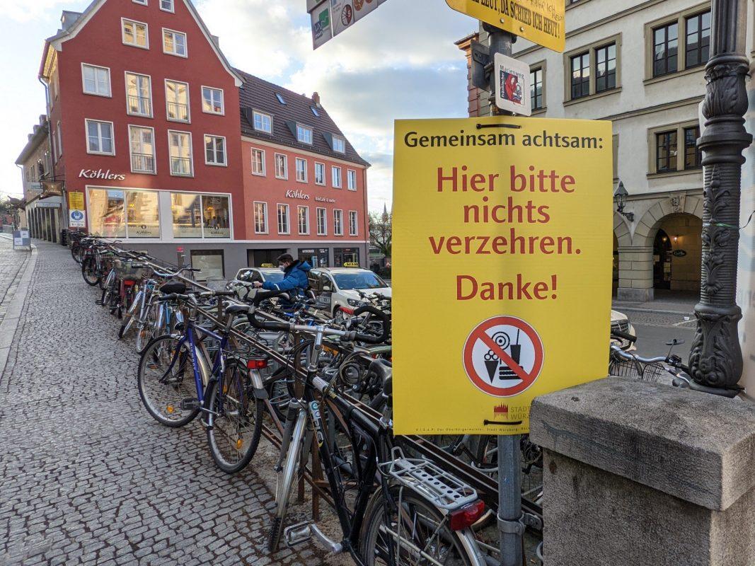 """""""Hier bitte nichts verzehren."""" - Schild auf der Alten Mainbrücke. Foto: Würzburg erleben"""