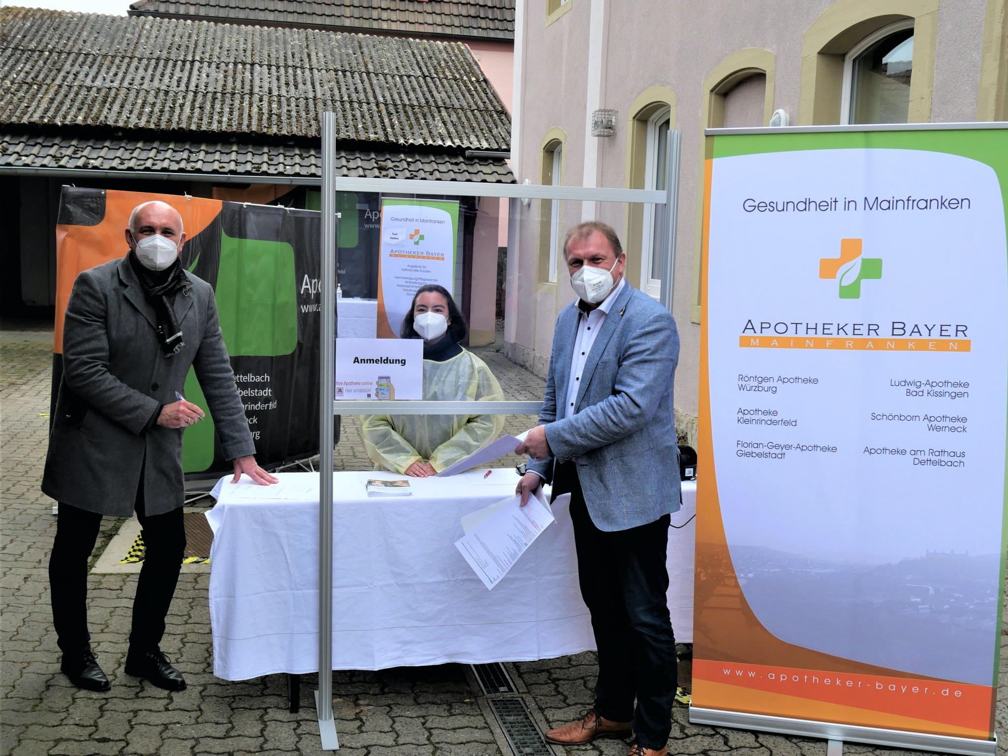 Zum Start der Corona-Schnelltests in Apotheken im Landkreis Würzburg hat sich Landrat Thomas Eberth (rechts) in der Florian-Geyer-Apotheke in Giebelstadt testen lassen. Gabriela Bayer, Mitarbeiterin der Apotheke (Mitte), nahm dabei die Daten des Landrats auf, Bürgermeister Helmut Krämer (rechts) freut sich über das Angebot von kostenlosen Schnelltests in Giebelstadt. Foto: Julian Höfner