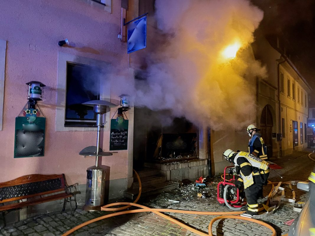In der Volkacher Innenstadt ist eine Kneipe vollständig ausgebrannt. Foto: Moritz Hornung, Feuerwehr Volkach